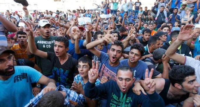 No son refugiados, son invasores e islamistas<br><span style='color:#006EAF;font-size:12px;'>ISLAMIZACIÓN DE ESPAÑA Y EUROPA</span>
