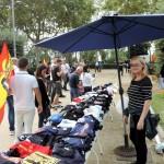 Diversos puestos de ropa, libros, banderas...