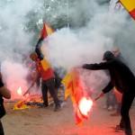 """Muchos jóvenes aprovechan para """"desfogarse"""" prendiendole fuego a los trapos separatistas."""
