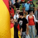 Jovenes Catalanes para los que un acto así es una autentica ocasión.
