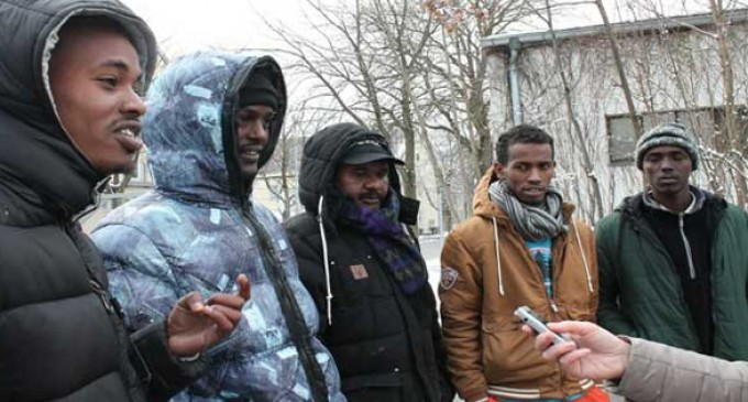 He venido a vivir de las ayudas no a trabajar.<br><span style='color:#006EAF;font-size:12px;'>solicitantes de asilo reconocen en una entrevista que vienen a Europa a vivir de las ayudas.</span>