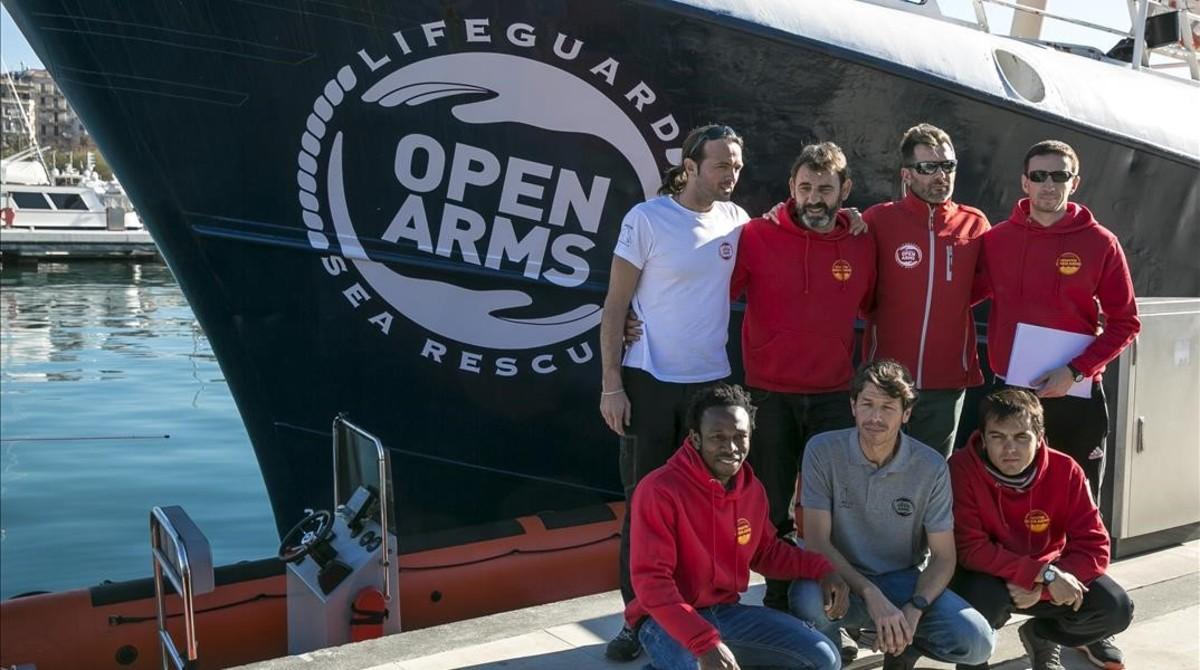 los-miembros-oenege-catalana-proactiva-open-arms-delante-del-golfo-azzurro-barco-que-relevo-antiguo-astral-1487000070851