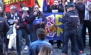 Medio centenar de patriotas increparon a Artur Mas en Madrid<br><span style='color:#006EAF;font-size:12px;'>Convocados por La Falange</span>