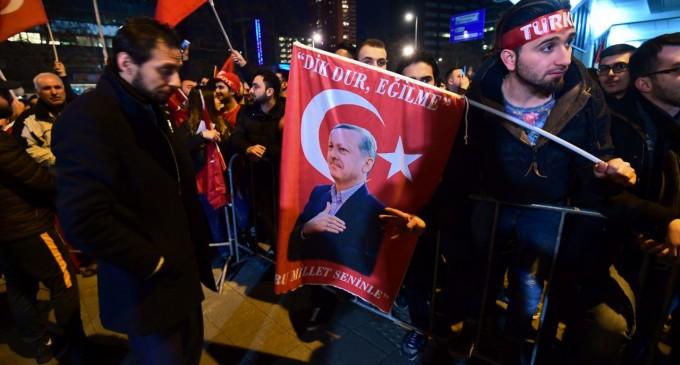 Turquía amenaza a Europa mientras turco-musulmanes crean disturbios en Holanda<br><span style='color:#006EAF;font-size:12px;'>STOP ISLAMIZACIÓN DE EUROPA</span>