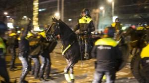 Carga policial contra alborotadores turcos en Rotterdam