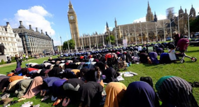 &#8220;Londonistan&#8221;: 500 iglesias del Reino Unido cierran para dar la bienvenida a 423 nuevas mezquitas en los últimos 20 años<br><span style='color:#006EAF;font-size:12px;'>STOP ISLAMIZACIÓN DE EUROPA</span>