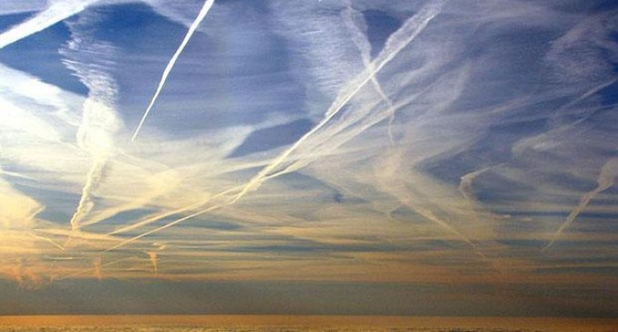 Los chemtrails son fumigaciones tóxicas que nos están envenenando<br><span style='color:#006EAF;font-size:12px;'>VENENO EN NUESTROS CIELOS</span>