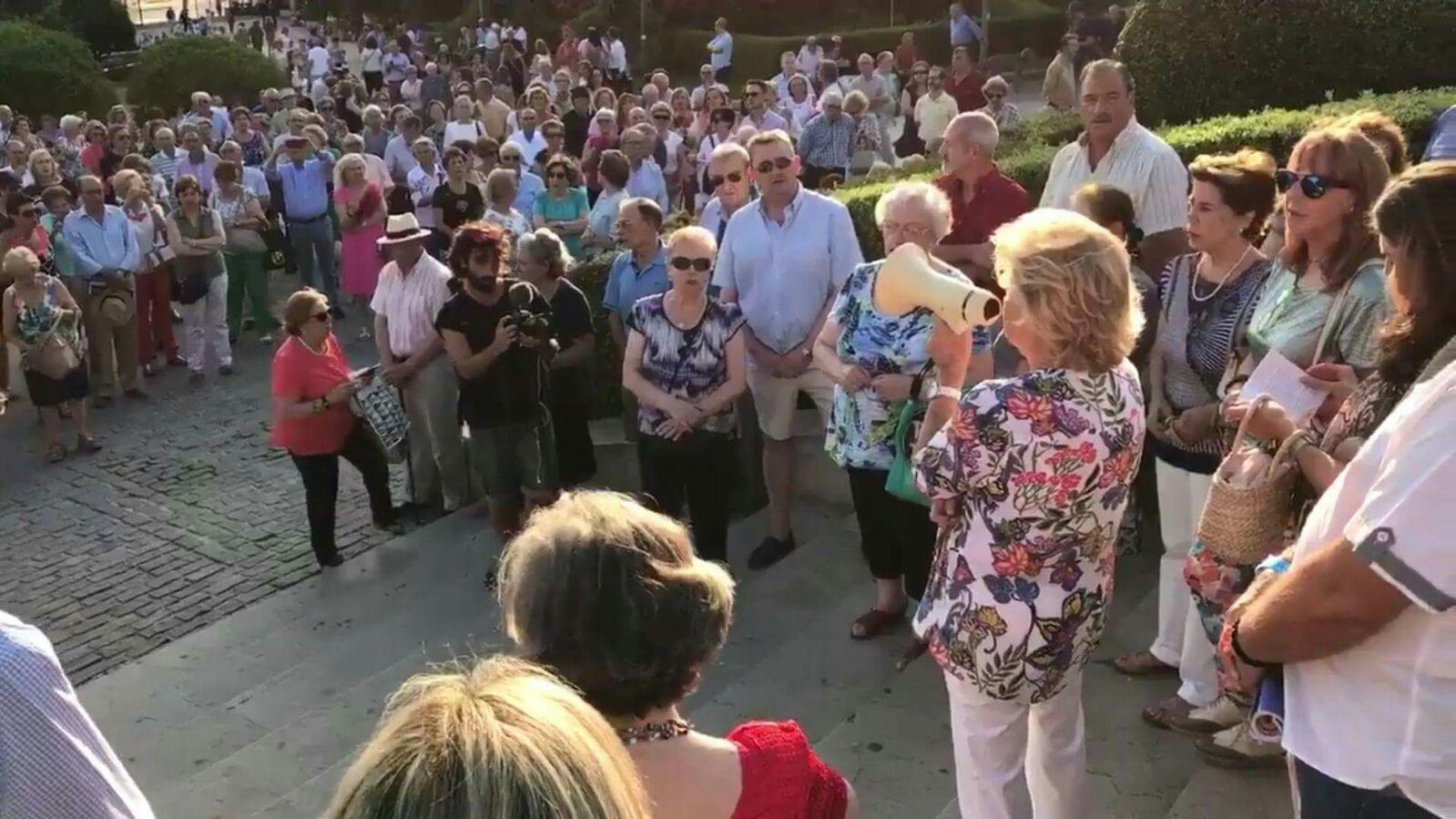 Granadinos rezando el rosario.