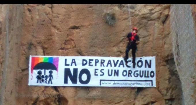 Bomberos retiran pancartas de DN<br><span style='color:#006EAF;font-size:12px;'>Para esto utilizan los medios públicos</span>