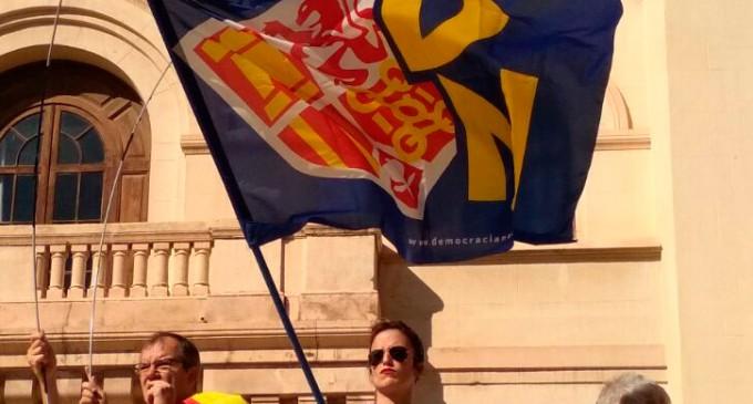 Más de 3000 Catalanes muestran su apoyo a la Policía y Guardia Civil<br><span style='color:#006EAF;font-size:12px;'>Barcelona, Cuartel del Bruch</span>