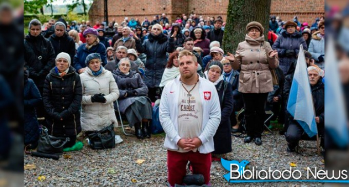 Miles de polacos se juntan para rezar contra la islamización de Europa<br><span style='color:#006EAF;font-size:12px;'>STOP ISMLAMIZACION DE EUROPA</span>