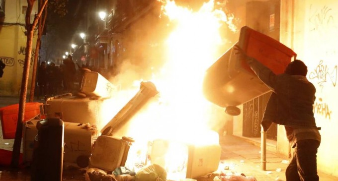 Disturbios inmigrantes en Madrid<br><span style='color:#006EAF;font-size:12px;'>Manteros negros senegaleses se enfrentan a la policía</span>