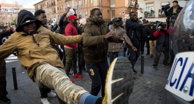Los dos sucesos protagonizados por africanos que han provocado el caos en Madrid<br><span style='color:#006EAF;font-size:12px;'>LA ESPAÑA ACTUAL: LA POLICÍA NACIONAL HA DE CUSTODIAR Y PROTEGER A CÓNSUL SENEGALÉS DE SER LINCHADO POR SUS COMPATRIOTAS</span>