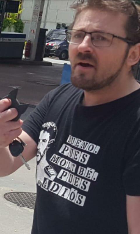Asistente antifascista ha intentado agredir a algunos patriotas asistentes.