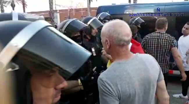 PLAZA-MIQUEL-BIADA-MATARÓ-BARCELONA-ESPAÑA-Mozo-separatista-con-su-brazalete-amarillo-que-según-los-mozos-«no-seria-reglamentario-para-el-servicio-operativo».-Lasvocesdelpueblo-7