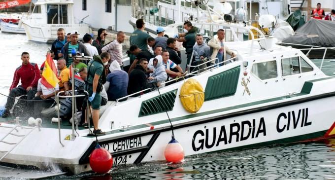 Dos mil ilegales más ¿dónde están la Guardia Civil, la Policía y el Ejército?<br><span style='color:#006EAF;font-size:12px;'>TRAIDORES A LA PATRIA</span>