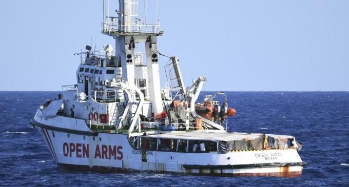 Europa derrotada: los inmigrantes del Open Arms llegan a Italia<br><span style='color:#006EAF;font-size:12px;'>DETRÁS DE ESTA CRISIS</span>
