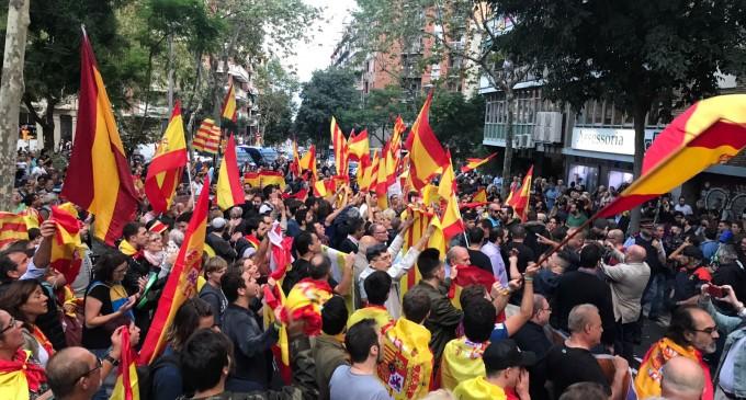 """Exitosa concentración ante la sede de la ANC al grito de """"Cataluña es España""""<br><span style='color:#006EAF;font-size:12px;'>CATALANIDAD ES HISPANIDAD </span>"""