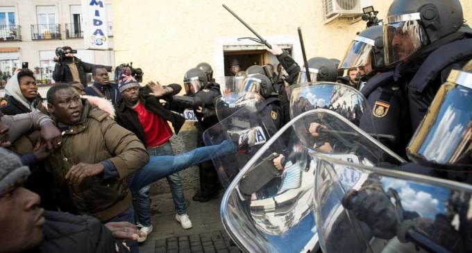 ¡Última hora! Nuevos disturbios en Lavapiés<br><span style='color:#006EAF;font-size:12px;'>INMIGRANTES ATACAN Y HIEREN A TRES POLICÍAS</span>